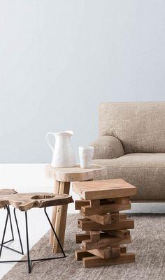 Krukje Imola, rechts op de foto, is speels én geeft een warm effect aan je interieur met dank aan het onbewerkte teak hout // Goossens