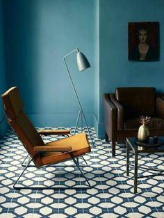 couleur-canard-salon-couleur-bleu-chaise-moutarde-canapé-en-cuir-marron-lampe-de-sol-grise