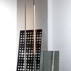 SLIM VERTICAL ungewöhnliche Stabhängeleuchte zur Raum- oder Objektbeleuchtung. Futuristisches Design kombiniert mit altgedienter Neonröhre. Das macht den Charme der spannenden Leuchtenserie SLIM aus.