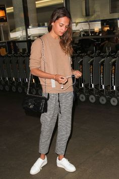 23 airport looks that United Airlines may or may not approve of A long flight calls for cosy knits and tracksuit bottoms according to the always-stylish Alicia Vikander. Celebrity Airport Style, Celebrity Outfits, Celebrity Look, Airport Outfit Long Flight, Airport Look, Comfy Airport Outfit, Comfy Travel Outfit, Travel Outfit Summer, Travel Attire