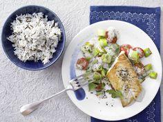 Gebratener Seelachs mit Wildreis - und Lauch-Tomaten-Gemüse - smarter - Kalorien: 592 Kcal - Zeit: 25 Min. | eatsmarter.de