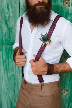 Country Weddings - Rustic groom attire become more and more popular. Waistcoats, suspenders, caps and jeans all combine to achieve rustic groom attire. Rustic Wedding Dresses, Wedding Suits, Trendy Wedding, Wedding Rustic, Wedding Vintage, Man Wedding Dress, Mens Wedding Style, Fall Wedding, Wedding Styles
