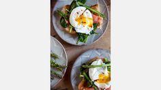 Vårtoast med spenat, sparris, rökt lax och pocherat ägg.   Bild: Emma Eriksson Reciep/food styling: Liselotte Forslin