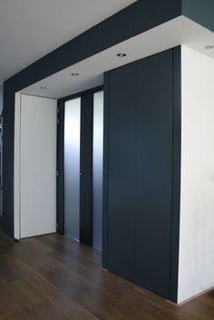 entree; overgang naar woonkamer met stukje verlaagd plafond  Agaat | MetMarike Groenewegen