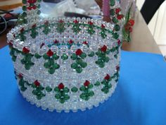 porta panetone Beading Projects, Beading Tutorials, Beading Patterns, Bead Bowl, Safety Pin Crafts, French Beaded Flowers, Beaded Boxes, Beaded Christmas Ornaments, Beaded Crafts