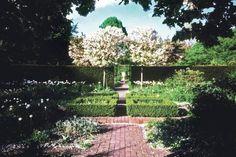 2000er – Paradiesisch: Jil Sanders kunstvoll angelegter Garten ist ihr häufig aufgesuchter Ruhepol. Die Farbgestaltung ist auch hier genau durchdacht.