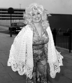 Dolly Parton arriving at Heathrow airport on April 1976 to take part in the International Festival of Country Music at Wembley. Dolly Parton Tattoos, Dolly Parton Quotes, Country Singers, Country Music, Outlaw Country, Country Artists, Dolly Parton Young, Dolly Parton Imagination Library, Dolly Parton Costume