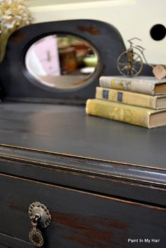 [CasaGiardino] ♛ Annie Sloan Graphite topped with clear wax, topped with dark wax, waxed off and topped with clear wax. by karina Using Chalk Paint, Chalk Paint Projects, Chalk Paint Furniture, Furniture Projects, Diy Furniture, Chalk Painting, Furniture Refinishing, Paint Ideas, Office Furniture