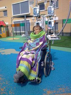"""""""Geacht droomdekenteam, Goedenavond en op de allereerste plaats hartstikke bedankt voor de prachtige droomdeken. S. is er heel erg blij mee. De laatste zaterdag van de maand mei - zijn we even op het dakterras van het kinderziekenhuis te Nijmegen geweest, in rolstoel en met deken. Hartelijk bedankt!"""" #meegenietmomentje"""
