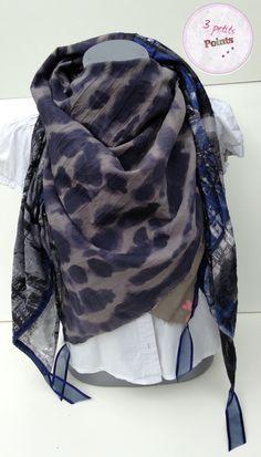 Foulard 4 carrés dans les tons bleu et kaki aux finitions de grande qualité. Tissus surpiqué avant la pose des rubans pour ne pas qu'il ne s'effiloche ou ne se déchire. Fait main, qualité top,modèle unique.