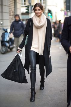Viva Italia: Street Style From Milan - Leggings Black - Ideas of Leggings Black - Best Milan Fashion Week Street Style Fall 2015 Street Style from Milan Fashion Week Milan Fashion Week Street Style, Looks Street Style, Autumn Street Style, Mode Outfits, Casual Outfits, Fashion Outfits, Womens Fashion, Fashion Trends, Fashion Ideas