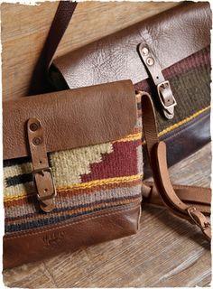 Die Satteldecken-Taschen sind kunsthandwerklich gefertigt aus handgewebten Textilien und pflanzlich gegerbtem Leder. Jede ein Unikat. Umschlagklappe, Kupfernieten, Druckknopfverschluss, große Innenfächer, Leinenfutter.