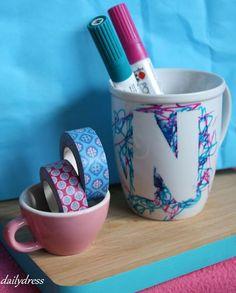 Alle Tassen im Schrank? Mit einfachem Klebeband und Porzellan-Malstiften wird aus simplem Geschirr ein echter Hingucker, den man gut mit kleinen Kindern gestalten kann. www.dailydress.de