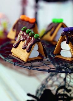 """""""Spukhäuschen""""  Für 8 Stück: 200 g Zartbitter-Kuvertüre mit 1 TL Kokosfett in einer Schüssel schmelzen. Jeweils 1–2 Marshmallows (ca. 16 Stück, je nach Größe) mit etwas Kuvertüre auf 1 mit Schokolade überzogenen Butterkeks kleben. An die Seiten jeweils mit Kuvertüre 2 Butterkekse kleben. Häuser mit farbigen Bonbons , Zuckerstreuseln oder  Ähnlichem verzieren. Fest werden lassen.  burdafood.net/Oliver Brachat  #halloween http://www.daskochrezept.de/meine-familie-und-ich"""