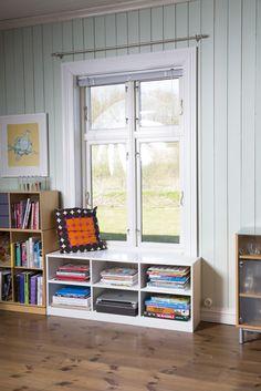 Vinduskarmbenk med hyller.  Built by Eivind Stoud Platou Photo: Colin Eick From the book «Bygg selv – håndbok i hjemmesnekring av møbler», Kagge forlag (2016)