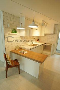 Love white and Brick Timber Kitchen, Kitchen Dining, Kitchen Decor, Studio Kitchen, Home And Deco, Kitchenette, Kitchen Essentials, Simple House, Modern Interior Design