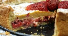 Delicious strawberry tart with fresh strawberries filling and custard cream with ladyfingers. An easy dessert, amazingly inviting the warmer afternoons. Strawberry Icing, Strawberry Recipes, Tart Molds, My Dessert, Strawberries And Cream, Easy Desserts, Sweet Tooth, Cheesecake, Baking