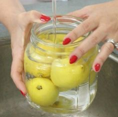 10 ways to preserve lemons keep your lemons fresh for up to a month: Find an empty, clean jar. Put a few lemons into the jar and add in water. Put in fridge. Why does this work? The water adds extra moisture such that the lemons don't dry out. Greek Yogurt Dressing, Anti Inflammatory Smoothie, Diabetic Menu, Preserved Lemons, Tips & Tricks, Menu Planning, Lifehacks, Food Hacks, Preserves