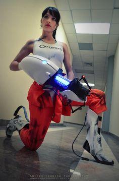 Chell from Portal 2 Cosplay Cosplay Games, Epic Cosplay, Amazing Cosplay, Cosplay Costumes, Female Cosplay, Halloween Costumes, Batman Christian Bale, Portal 2, Batman Begins