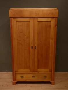 Schlichter Kleiderschrank, Fichte um 1910