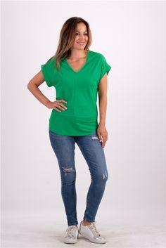 Yakası Tül Detaylı V Yaka TshirtKumaş Cinsi  :%60 Viscon %40 PolyesterModelin Ölçüleri : 1.68 cm / 36 BedenModelin Üstündeki Beden :SmallYıkama Talimatı:Ürünün iç etiket bölümünde gerekli yıkama talimatı yer almaktadır. Tulum, V Neck, T Shirt, Tops, Women, Fashion, Supreme T Shirt, Moda, Tee