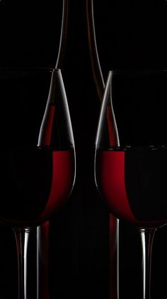 Red wine bottle and two wine glasses on black background Shape Photography, Glass Photography, Levitation Photography, Creative Photography, Photography Lighting, Glass Wine Cellar, Wine Glass, Rim Light, Graffiti Wallpaper
