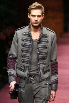 Military Jackets & Distressed Jeans: D & G Go Wilde with Men's Fall 2009 Collection Military Chic, Military Style Jackets, Military Fashion, Mens Fashion, Fashion Trends, Military Jacket Men, Military Coats, Military Uniforms, Militar Jacket