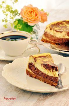 Käsekuchen oder Schokokuchen zum Geburtstag?! Ok, es gibt einen Käse-Schoko-Kuchen! Sehr mächtig, aber auch sehr, sehr lecker! Das Rezept auf herzelieb!