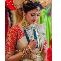 Offers a large variety of high jewelry stock, classic High Jewelry for Women. Fancy Blouse Designs, Bridal Blouse Designs, Saree Blouse Designs, Bridal Jewellery Inspiration, Indian Accessories, Indian Bridal Fashion, South Indian Bride, Indian Groom, Embroidery Fashion