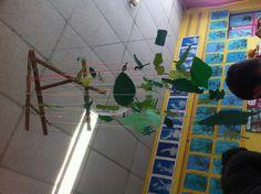 suspension de feuilles faites par des maternelles