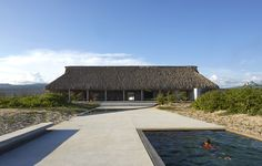 Japanese architect Tadao Ando has facilitated the execution of 'Casa Wabi': a boutique beach house and artist residency situated on the sunny Oaxacan coast of Mexico. Tadao Ando, Tropical Architecture, Architecture Design, Origami Architecture, Contemporary Architecture, Casa Wabi, Journal Du Design, Thatched Roof, Wabi Sabi
