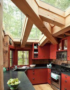 A különleges tetőszerkezeté a főszerep ebben a konyhában, a fény betölti a helyiséget a nagy üveglapokon keresztül.