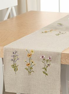 Add the finishing touch to your kitchen and dining room decor with our table linens in an assortment of stylish colours and patterns. White Embroidery, Cross Stitch Embroidery, Hand Embroidery, Machine Embroidery, Embroidery Designs, Handbag Patterns, Brazilian Embroidery, Table Accessories, Quilted Table Runners