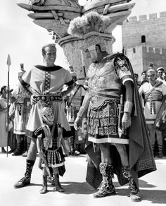 """Charlton Heston con suo figlio Fraser e l'attore Jack Hawkins (Quinto Arrio) in una pausa sul set del film """"Ben Hur"""", 1959."""