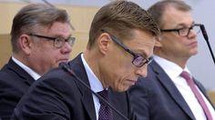 Hallitus saa ajatushautomoilta arvosanan 6,5. Alexander Stubb (edessä), Timo Soini ja pääministeri Juha Sipilä.