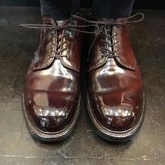 2017/12/07 12:08:01 show1fujita_shoeshiner * こちらのモディサドルダービーかっこよすぎませんか?😍😍😍✨ どちらで買われたんですか? 日本ですか? まだ売ってますか? 別注ですか? ビームスですか?アローズですか? セコムしてますか? * * 横から撮らせて貰えばよかったー😭 * #alden #usa #cordovan #shoeshine #shoeporn #polish #mirror #shoes #boots #leathershoes #leather #suit #clothes #fashion #style #cool #sexy #makeup #オールデン #アメリカ #コードバン #靴磨き #鏡面磨き #靴 #ブーツ #革 #スーツ #ファッション #長嶋茂雄 #若い人ごめんね💦 Alden Cordovan, Cordovan Shoes, Sock Shoes, Men's Shoes, Dress Shoes, Derby, Men's Fashion, Oxford Shoes, Boards