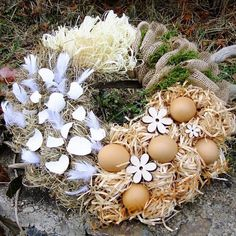 Vyzdobte si vchodové dveře úžasným věncem: 30+ inspirací, jak si vytvořit kouzelné a levné věnce na jaro i na celý rok! | Prima Easter Wreaths, Christmas Wreaths, Easter Crafts, Diy Art, Eggs, Holiday Decor, Spring, Handmade, Event Ideas