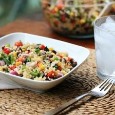 Quinoa, black bean and corn salad.maybe with shrimp or salmon Veggie Recipes, Great Recipes, Salad Recipes, Favorite Recipes, Healthy Recipes, Healthy Foods, Recipe Ideas, Quinoa Nutrition, Girl Cooking