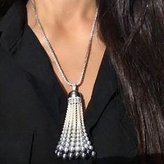 I love tassels.Especially when it's the finest pearls, perfectly graduated, and suspended on a chain of diamonds! Worn by in Hong Kong! Tassel Jewelry, Diy Jewelry, Tassel Necklace, Gold Jewelry, Jewelry Design, Unique Jewelry, Beading Supplies, Jewelry Making Supplies, Diamond Girl