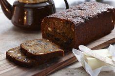 Fra Isabella Smith en god opskrift på en honningkage på den franske måde, dvs. lidt mere interessant end den gængse danske. Honningkage hedder Pain d'Epices på fransk, hvilket ordret oversat betyder krydderbrød, men der er meget mere end krydderier i. Denne kage er også fyldt med tørrede frugter og nødder og smagt til med både revet appelsin- og citronskal og mørk rom. Resultatet er en saftig kage, der kan holde sig forbløffende længe og som til sidst kan spises ristet.