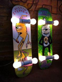 Repurposed skateboard wall sconces, or ceiling lights. Skateboard Lampe. Coole Idee für das Jungen Zimmer. teenage room inspiration. boys room idea. ähnliche tolle Projekte und Ideen wie im Bild vorgestellt werdenb findest du auch in unserem Magazin . Wir freuen uns auf deinen Besuch. Liebe Grüße Mimi