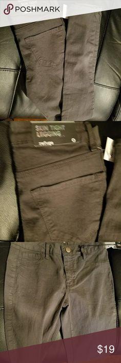 Sexy skin tight leggings Gray Gray skin right leggings. 1 button in front refuge Jeans Skinny