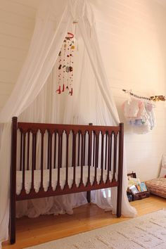 Bohemian nursery decor with dream catcher Hippie Nursery, Bohemian Nursery, Bohemian Baby, Bohemian Style, Nursery Room, Girl Nursery, Nursery Decor, Nursery Ideas, Room Ideas