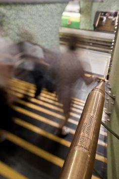"Stazione della metropolitana ""Santiago Bueras"" (Santiago del Cile): corrimano in ottone"
