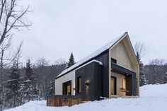 This perfectly minimalist Canadian retreat is available for rent! Located in Charlevoix, Canada, the charming snowy villa is only 10 minutes away from Le Massif de Charlevoix ski resort. Developed by Cargo Architecture, the contemporary cottage is in Scandinavian Architecture, Scandinavian Home, Architecture Design, Architecture Journal, Sustainable Architecture, Residential Architecture, Contemporary Architecture, Modern Barn, Modern Farmhouse
