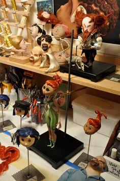 """Los artesanos y estilistas de LAIKA le dan los detalles finales al cabello de las marionetas stop motion de """"CORALINE"""" (Henry Selick, 2009)."""
