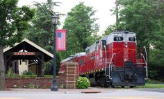 From scenic railways to dinner trains, Ohio features several train rides you and your faimly will love. Here are 7 of the best train rides in Ohio. Day Trips In Ohio, Weekend Trips, Weekend Getaways, Lebanon Ohio, Dinner Train, Scenic Train Rides, The Buckeye State, Train Travel, Train Trip