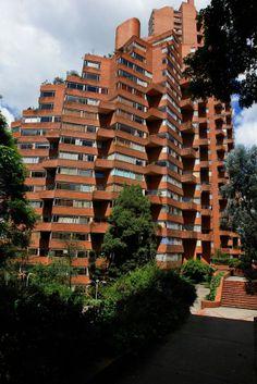 Edificio Alto de los Pinos - Rogelio Salmona Colour Architecture, Contemporary Architecture, Brick Building, Brickwork, Beautiful Landscapes, Skyscraper, Exterior, Home, City