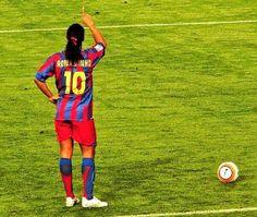 Hoy es el día de la poesía. Y hoy cumple 36 años Ronaldinho....