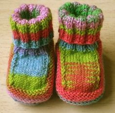 These cute baby booties are the perfect accessories for your baby! Use this newborn baby booties free knitting pattern to make your own now! Baby Boots Pattern, Baby Booties Knitting Pattern, Baby Knitting Patterns, Loom Knitting, Knitting Socks, Baby Patterns, Knitting Stitches, Free Knitting, Knitted Baby Boots